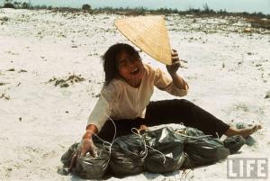 Vietnamkrigens offer som antikrigsbevegelsen tiet om. En kvinne sørger over levningen til sin mann som ble funnet i en massegrav i Hue i 1968. Under Tet-offensiven henrettet kommunistene ca. 6.000 sivile personer i en tilsynelatende planlagt aksjon i Hue. De drepte ble ofte mistenkt for å ha sympati for Sør-Vietnam. Mange norskvietnamesere bodde i Hue under Tet-offensiven i 1968.