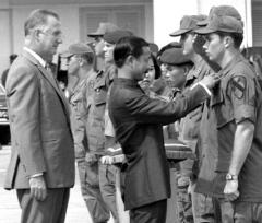 Visepresidentene Nguyen Cao Ky og Spiro Agnew på Tan Son Nhut lufthavn i august 1970. Foto: JACK FULLER/STARS AND STRIPES
